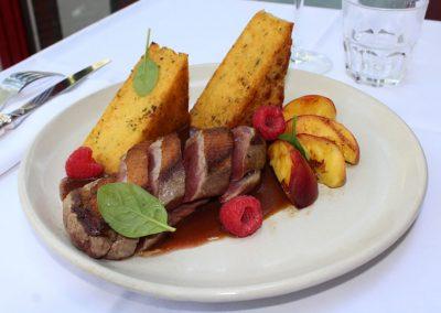 filet-de-canette-aux-peches-polenta-croustillante